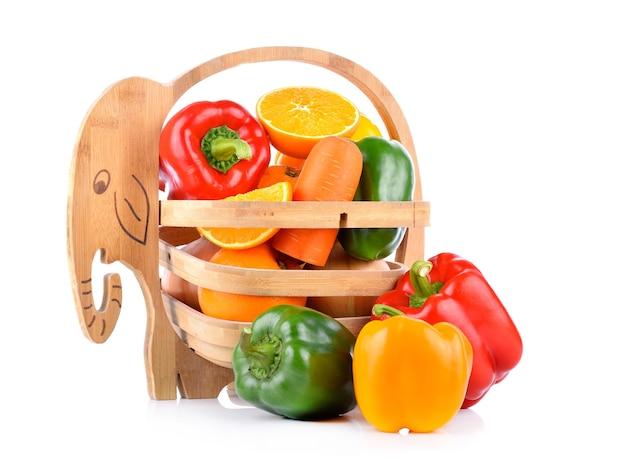Wortelen, oranje paprika in een mand