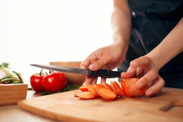 Wortelen snijden op een snijplank keuken koken vegetarisme