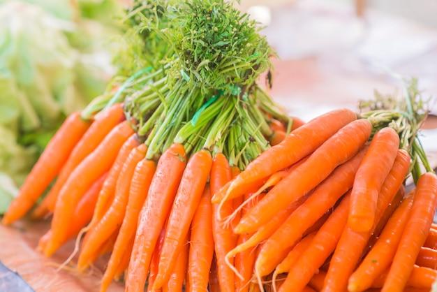 Wortels. verse organische wortelen. verse tuinwortelen. stelletje f