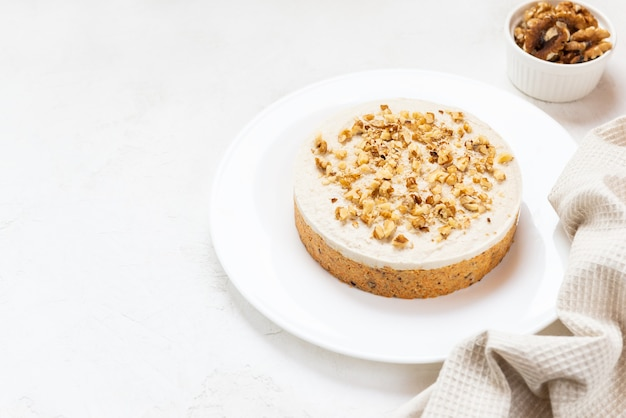 Worteltaart met walnoten op een wit bord