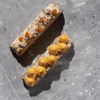 Worteltaart van duindoorn, ananasganache van witte chocolade, rauw veganistisch, stralende zon met schaduwen
