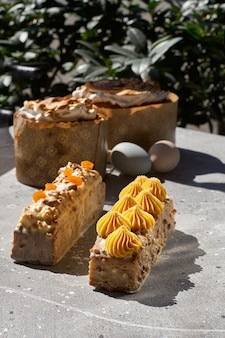 Worteltaart van duindoorn, ananasganache van witte chocolade, rauw veganistisch voor pasen, stralende zon met schaduwen