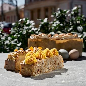 Worteltaart van duindoorn, ganache van witte chocolade en ananas