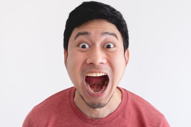 Wow en geschokt gezicht van grappige man geïsoleerd op een witte achtergrond