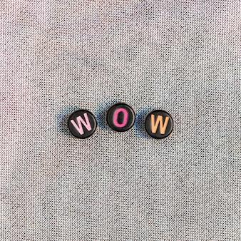 Wow kralen tekst typografie op grijs