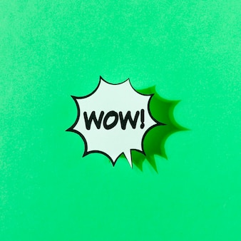 Wow retro illustratie van het woordpop-art op groene achtergrond