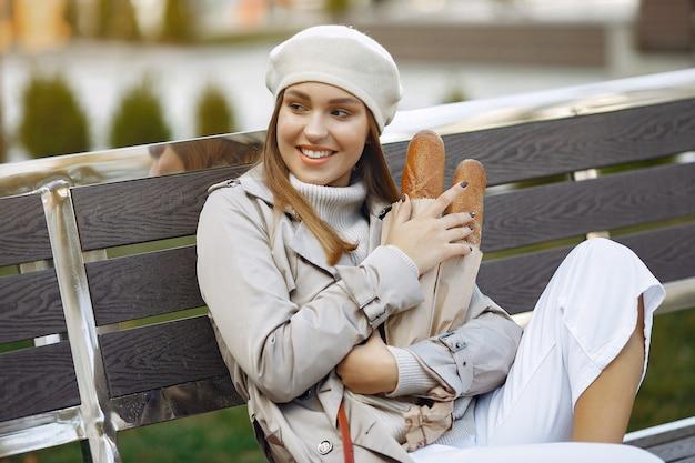 Wowan in een witte baret in een stad met een stokbrood