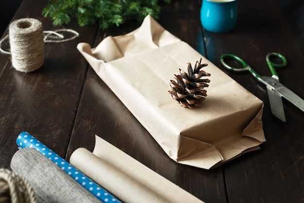 Wrapping kerstcadeau dozen houten tafel rustieke kerst cadeaupapier