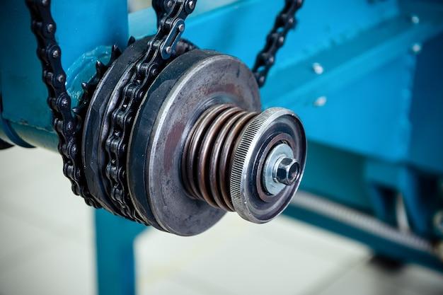 Wrijvingskoppeling. kettingoverbrenging, aandrijfelement van vlechtmachine.