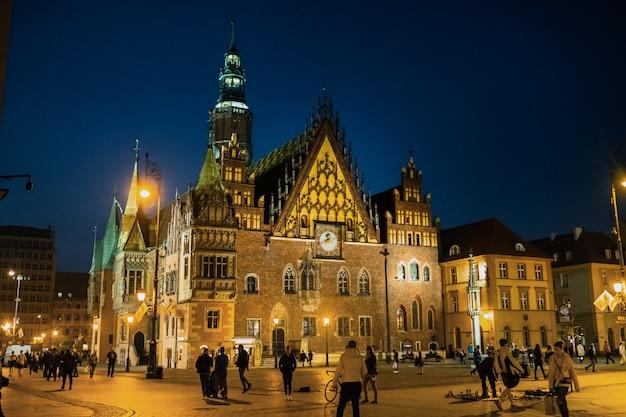 Wroclaw, polen-april. nacht uitzicht op het marktplein van wroclaw met het stadhuis. europa.