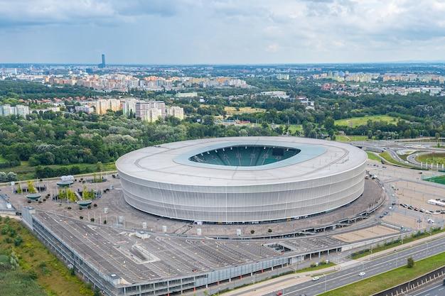 Wroclaw stadion vanaf een hoogte, uitzicht vanaf een drone naar de stad wrocdaw, polen