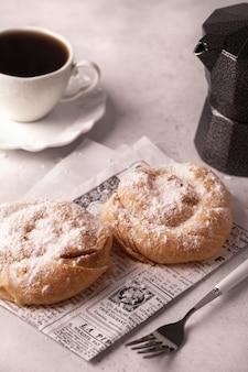 Wrongel cakes met appels en kaneel voor het ontbijt.