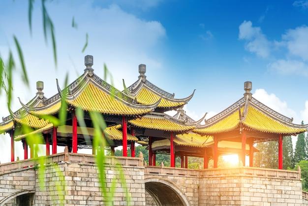 Wuting bridge, ook wel bekend als de lotus bridge, is een beroemd oud gebouw in het slender west lake