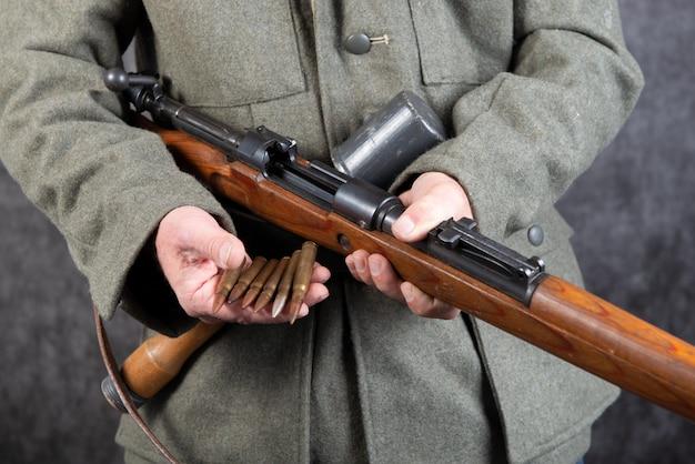 Ww ii duitse soldaat met geweer en munitie