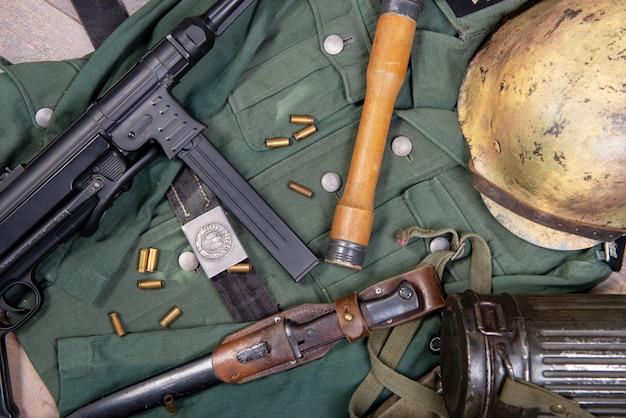 Ww2 duitse veldapparatuur van het leger met helm en machinegeweer