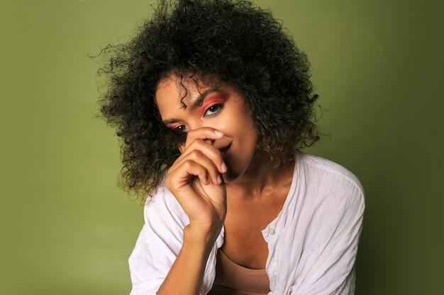 Wwoman met heldere kleurrijke make-up poseren