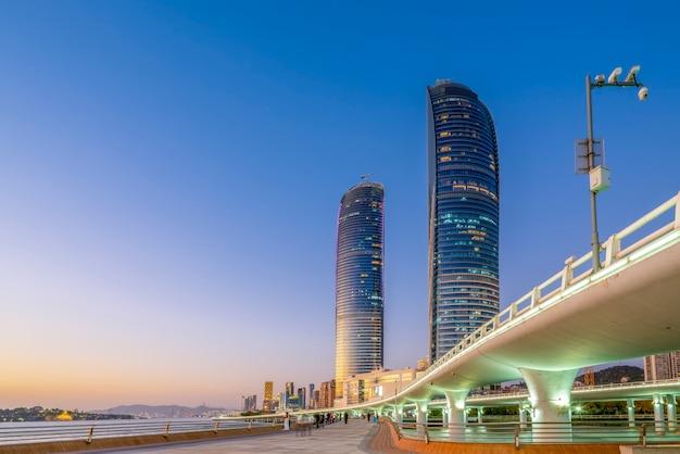 Xiamenkustlijn die cityscape nachtmening bouwen