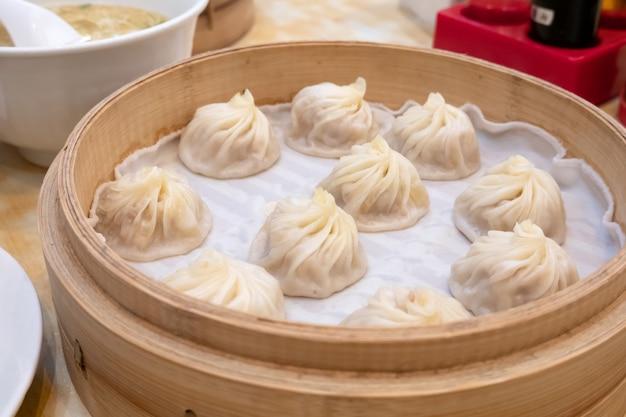 Xiao lange bao soep knoedel broodjes met stokjes in restaurant (traditioneel chinees eten)