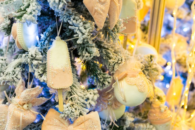 Xmas boomtak met blauwe decoratie close-up, nieuwjaar decoratief ontwerp. winter vakantie feest