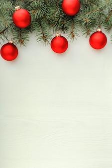 Xmas nieuwjaar vakantie viering patroon samenstelling gemaakt van rode ballen spar takken op wit