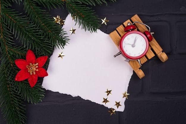 Xmas wenskaart. kerstmisachtergrond met sneeuwspar en wekker.