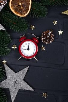Xmas wenskaart. kerstmisachtergrond met speelgoed en wekker.
