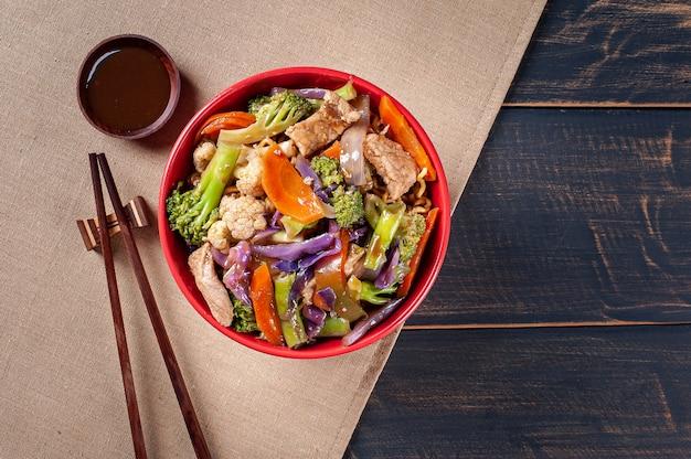Yakisoba, beroemde japanse gebakken noedels, met vlees en groenten. bovenaanzicht