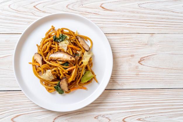 Yakisoba-noedels gewokt met groente in aziatische stijl - veganistisch en vegetarisch eten