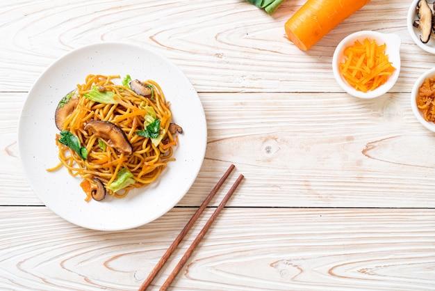 Yakisoba noedels gewokt met groente in aziatische stijl. veganistisch en vegetarisch eten