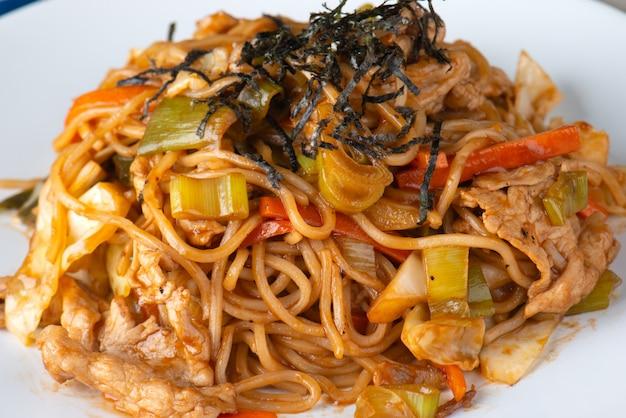 Yakisoba of noedels koken met saus.