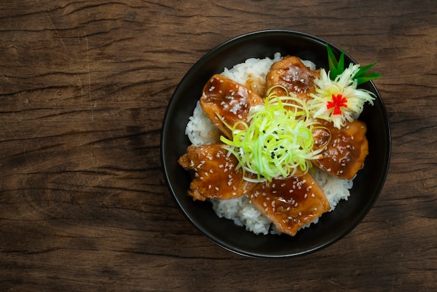 Yakitori don bovenop prei plak, bestrooi met sesam kip teriyaisaus