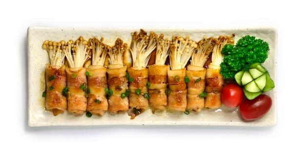 Yakitori gegrild spek en golden needle mushroom omwikkeld met saus teriyaki