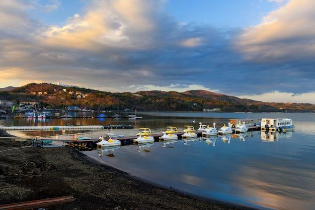 Yamanaka-meer met drijvende recreatie- en toeristenboten bij zonsondergang, yamanashi