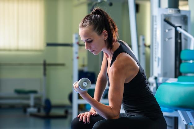 Yang mooie vrouw traint in de sportschool