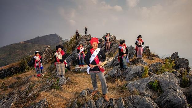 Yao of mien-heuvelstam op de schemeringhemel van de landschappenzonsopgang over hoog 103 bergengezichtspunt in banphatang-dorp, wiang kaen-district, chiang rai province, noordwest-thailand.