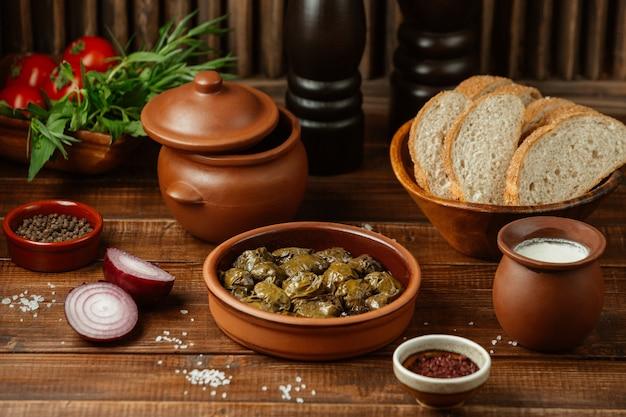 Yarpag dolmasi, groene druivenbladeren gevuld met vlees