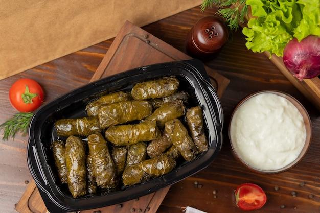Yarpaq dolmasi, yaprak sarmasi, groene druivenbladeren gevuld met afhaalmaaltijden