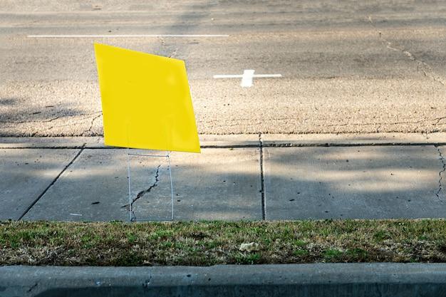 Yelliow leeg bord, poster naast een weg