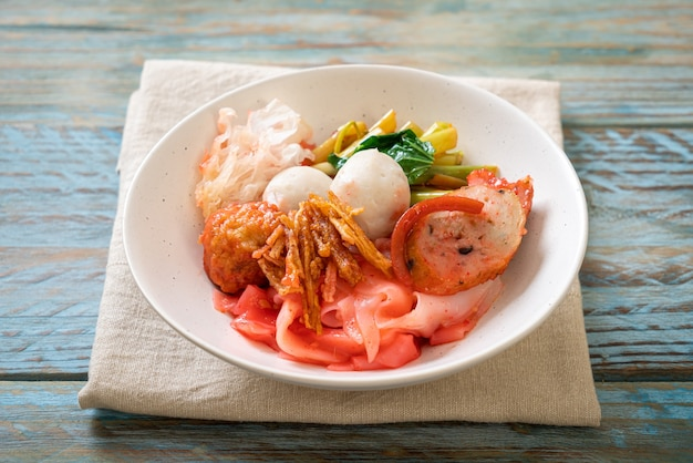 (yen-ta-four) - droge thaise stijlnoedel met diverse tofu en visbal in rode soep - aziatische eetstijl