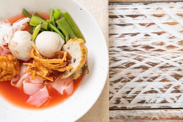(yen-ta-four) - noedels in thaise stijl met diverse tofu en visbal in rode soep