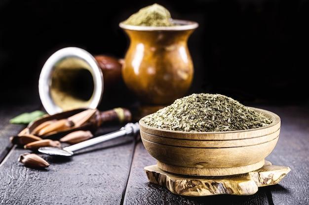 Yerba mate, een plant die wordt gebruikt in de infusie van chimarrã£o, een traditionele drank uit brazilië en latijns-amerika