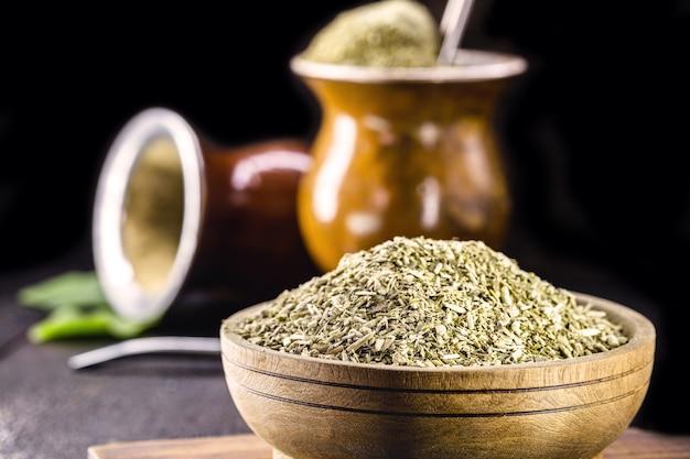 Yerba mate, een plant die wordt gebruikt in de infusie van chimarrao, een traditionele drank uit brazilië en latijns-amerika