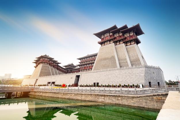 Yingtian gate is de zuidelijke poort van de stad luoyang in de sui- en tang-dynastieën. het werd gebouwd in 605.