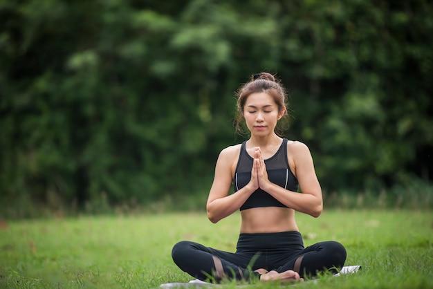 Yoga actie oefening gezond in het park