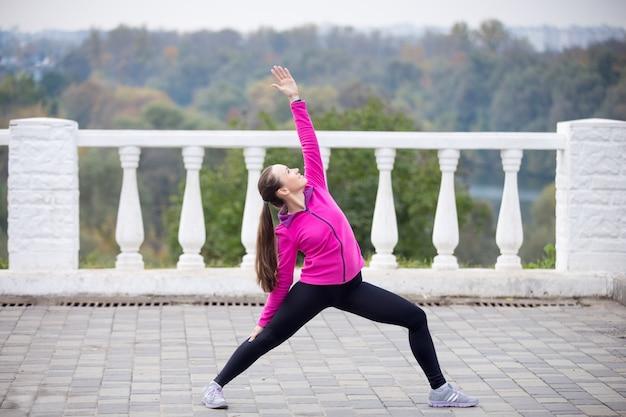 Yoga buitenshuis: omgekeerde strijder poseren
