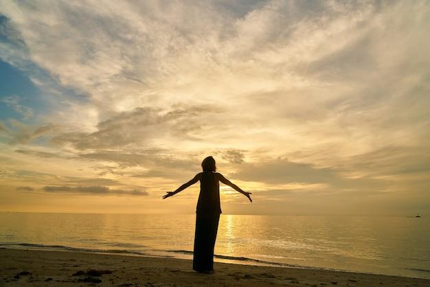 Yoga en vrouw op het strand