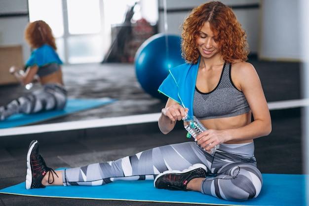 Yoga fitness trainer in de sportschool