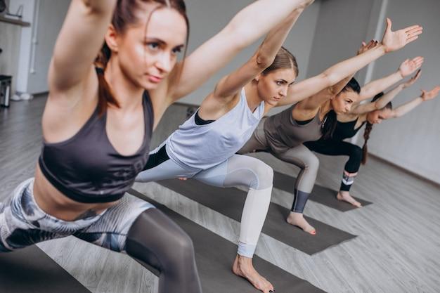 Yoga groepslessen in de sportschool