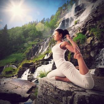 Yoga in een natuurlijk landschap met waterval