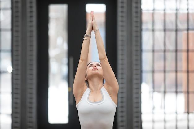 Yoga in het fitnesscentrum: variatie van de pose van tadasana